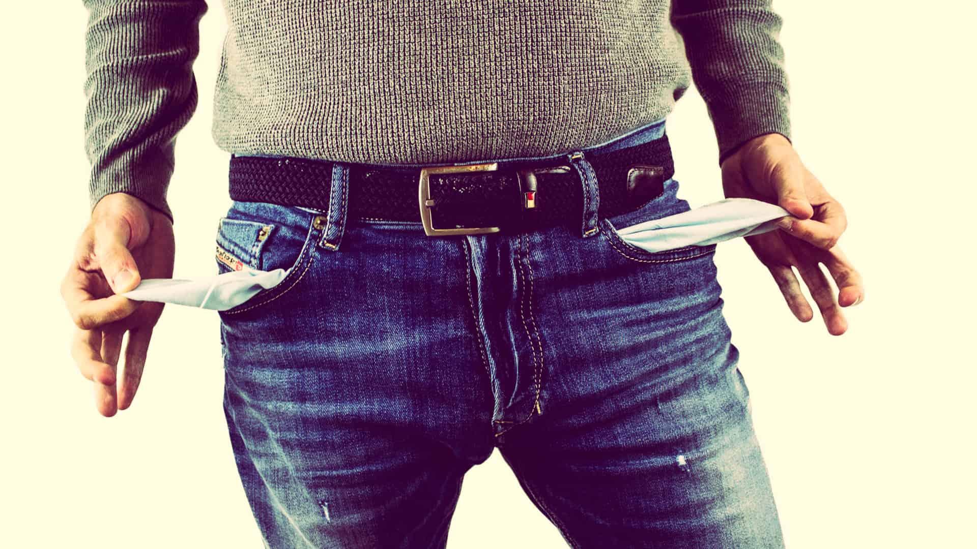 Mand med tomme lommer