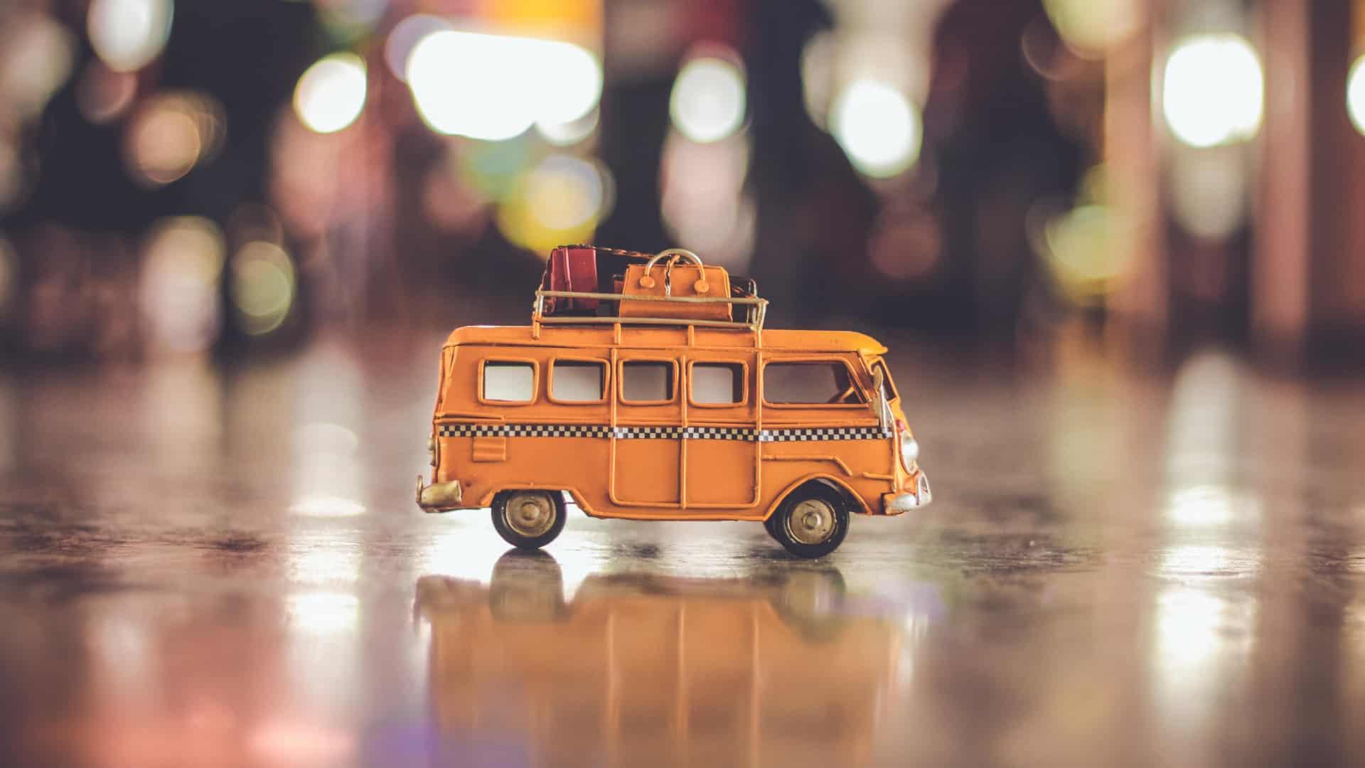 En lille bus på tur